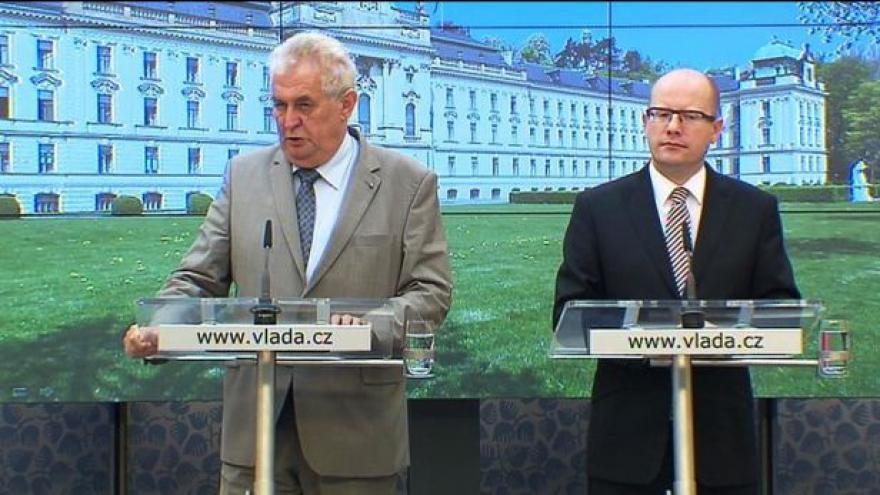 Video Zeman při své první návštěvě vládu hlavně chválil