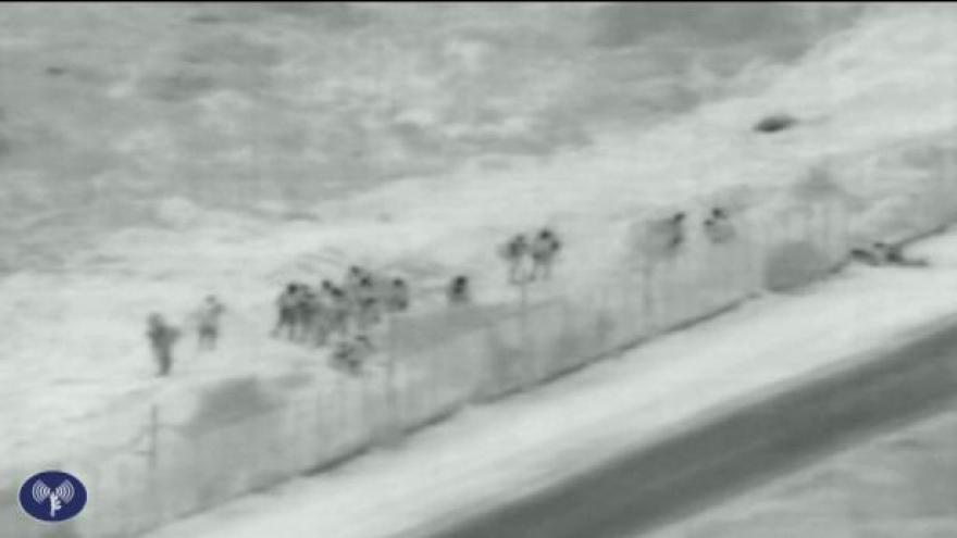 Video Izraelská raketa likviduje členy Hamasu
