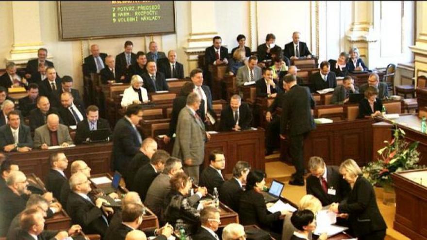 Video Sněmovnou hýbe debata o služebním zákonu