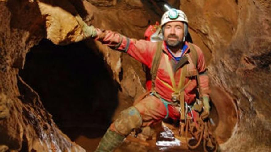 Video Ke zraněnému jeskyňáři už se dostali dva lékaři