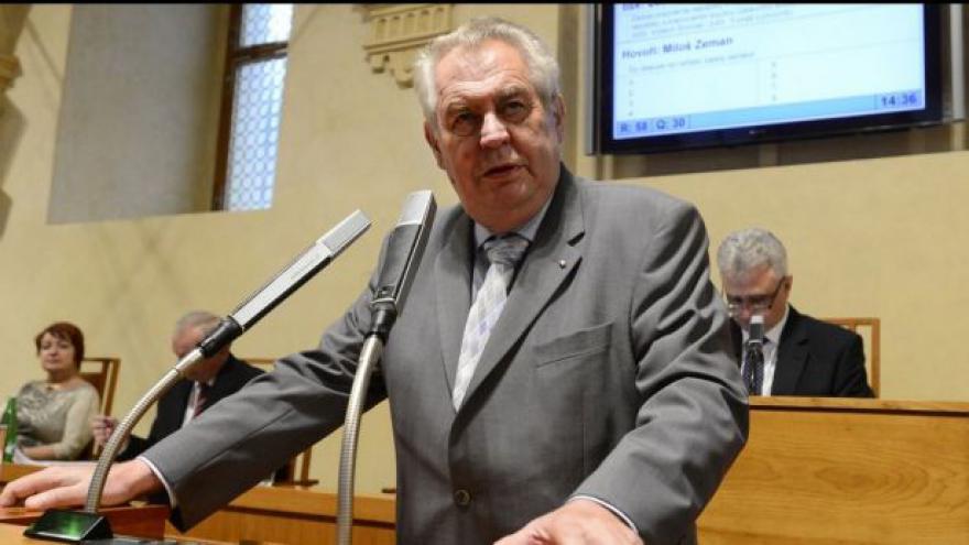 Video Zeman se přimlouval za vyšší platy ústavních soudců