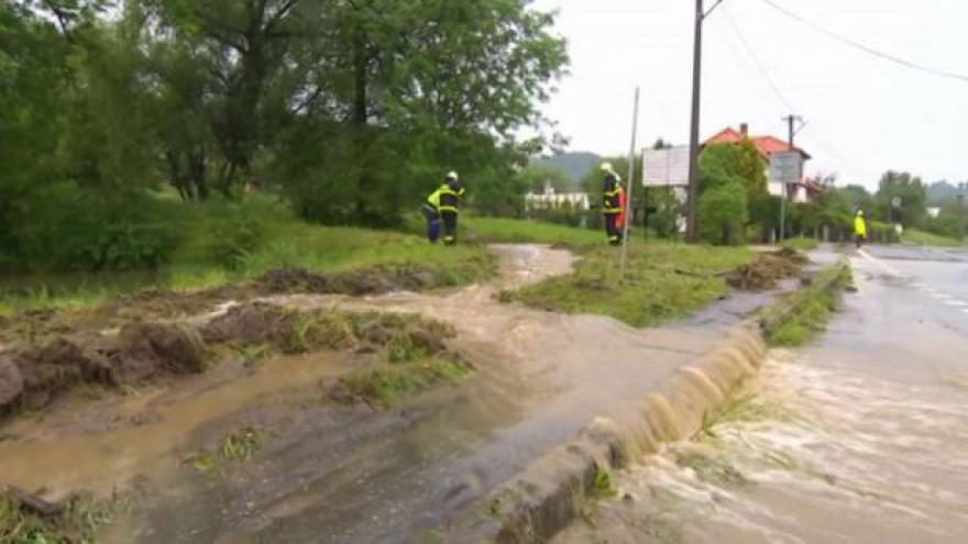 Video Bez komentáře: Českem prochází vlna silných bouřek
