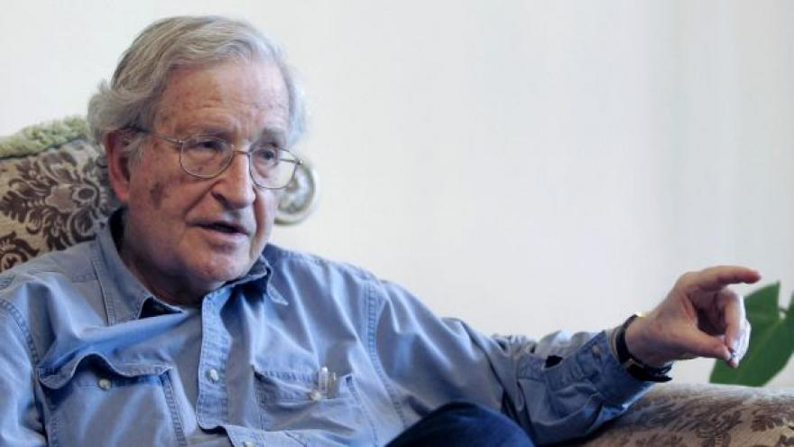 Video Do Česka míří Noam Chomsky