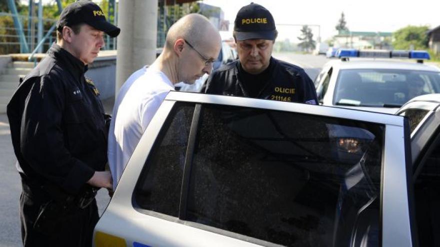 Video Policie převzala Marka Řičáře od rakouských kolegů