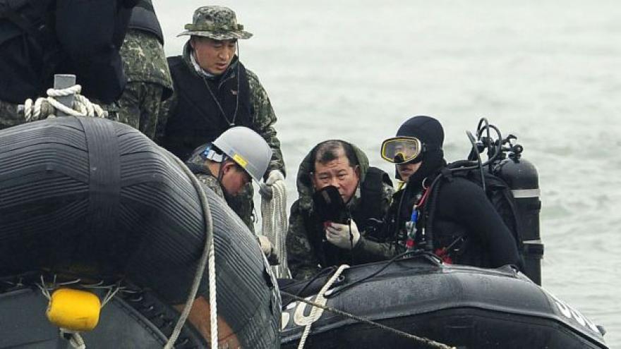 Video Potápěči vyprostili z potopeného trajektu desítky obětí