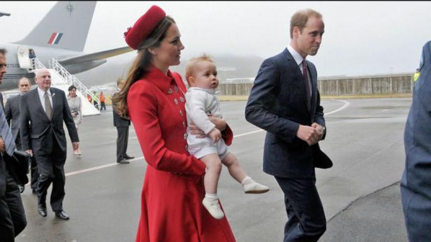 Video Princ George je na první zahraniční cestě
