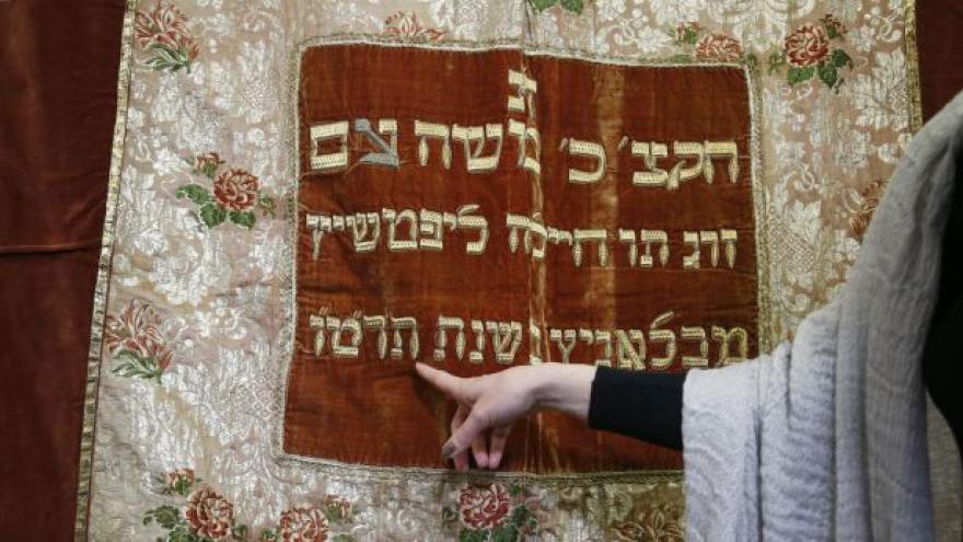 Video Sinagogální opona z New Yorku do Prahy