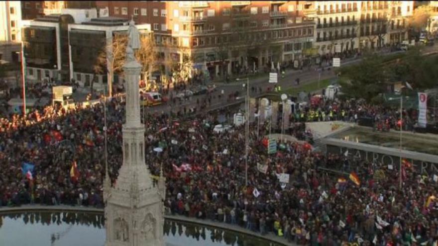 Video Protesty v Madridu přerostly v násilné srážky s policií