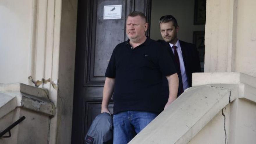 Video Rittig strávil v poutech pár hodin, podle soudu uprchnout nechce