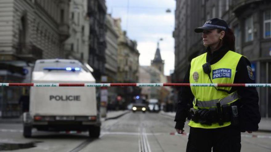 Video Policisté zkoumají výbušninu z pražské banky