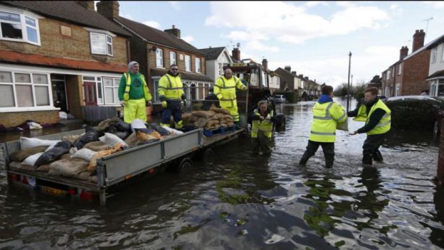 Video Povodně v Británii - Londýn zatím živlům odolává