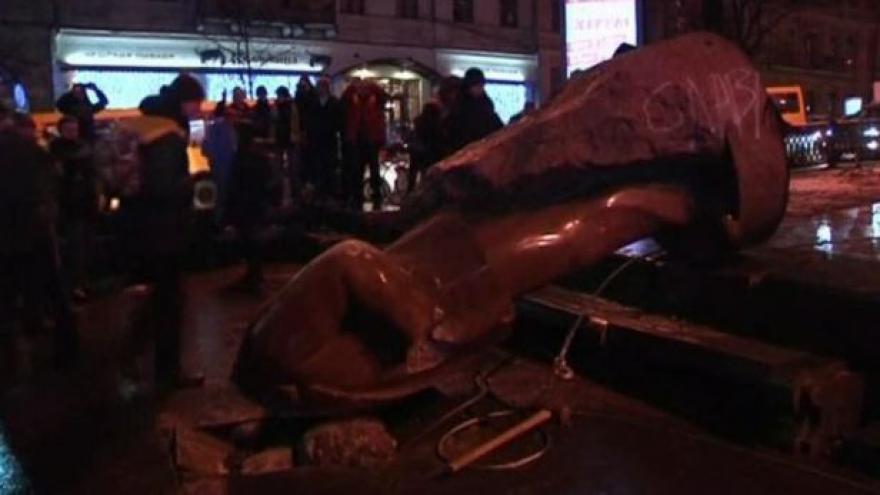 Video Bez komentáře - Ukrajinci strhávají sochu Lenina