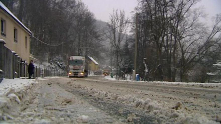 Video Dopravu v Karlovarském kraji komplikoval sníh