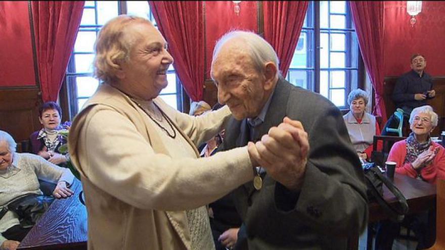 Video 100letý veterán oslavil narozeniny tancem