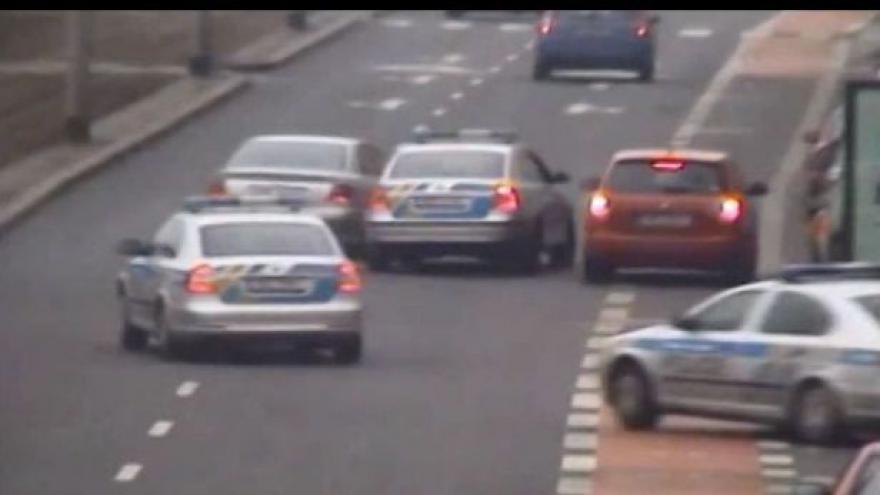 Video Další honička v ulicích Prahy: Řidič ujížděl po chodníku