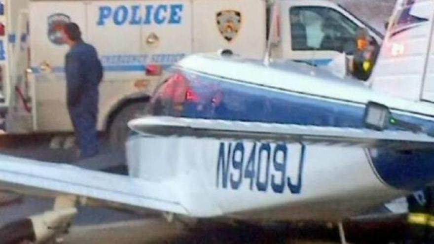 Video Malé letadlo Piper PA28 nouzově přistálo na newyorské dálnici