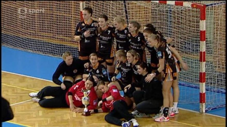Video Předání poháru vítězným házenkářkám Mostu s ohlasy po finále