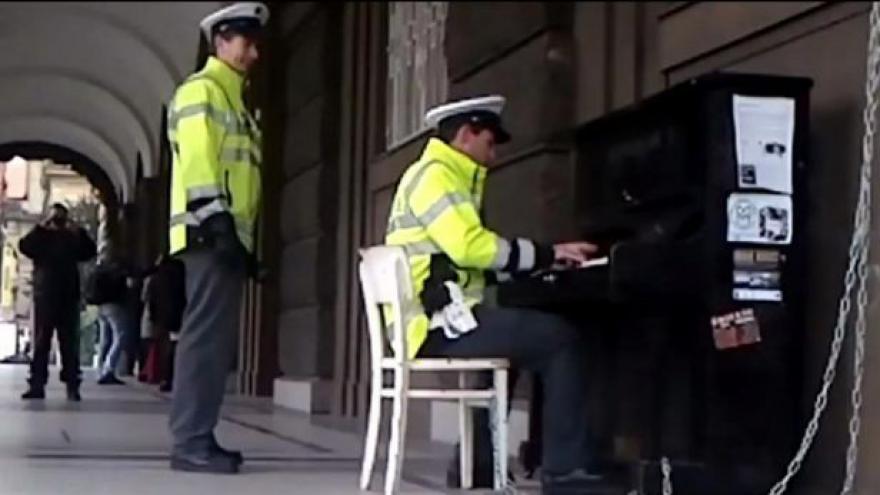 Video Český policista-pianista boduje na YouTube