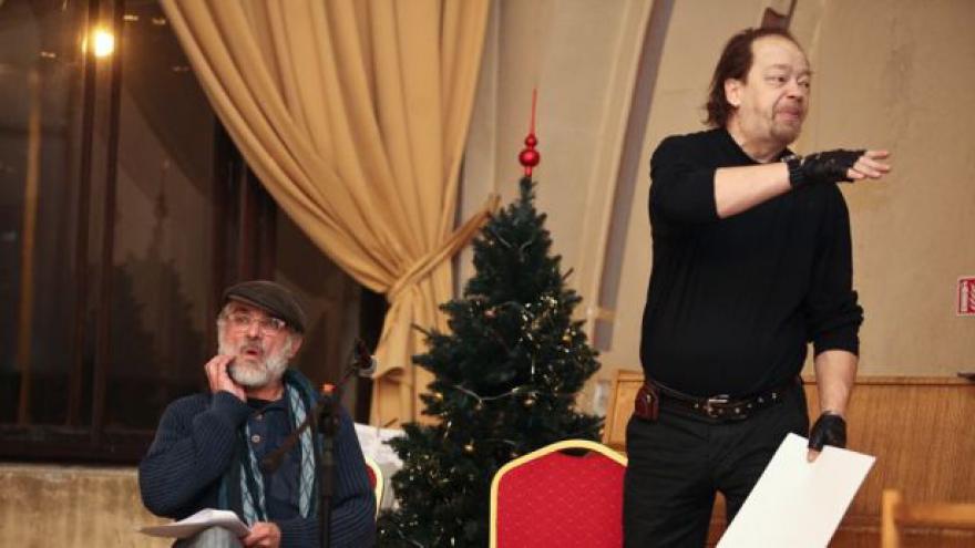 Video Lidé bez domova hráli divadlo v Praze na hlavním nádraží