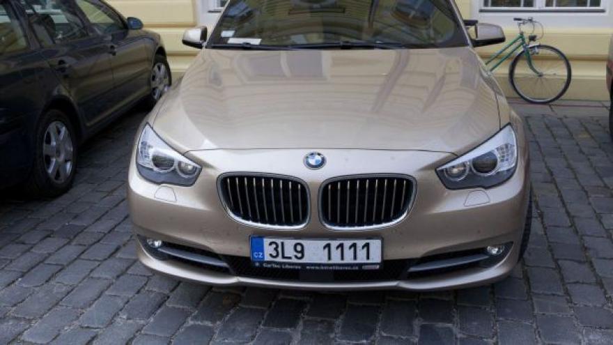 Video Prominentní SPZ mají častěji luxusní auta