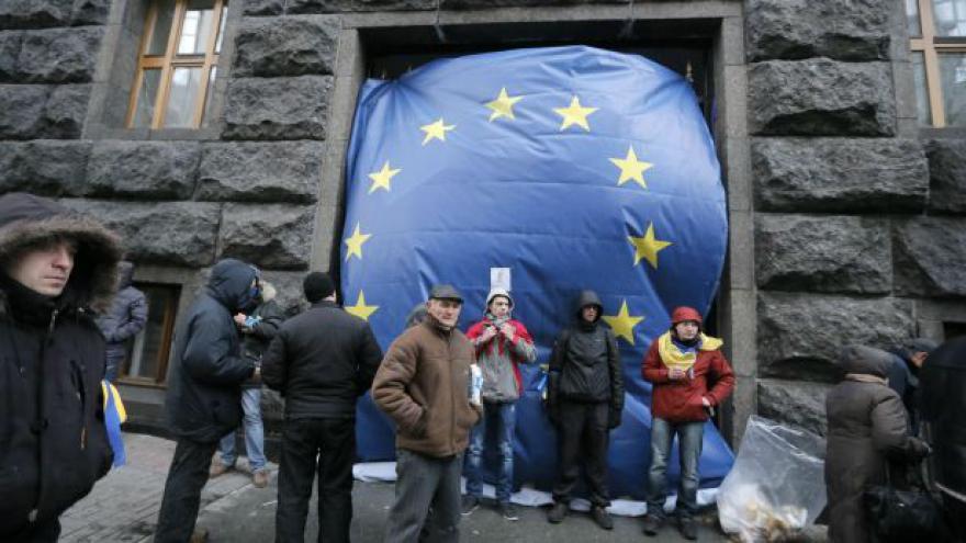Video Události: Tisíce Ukrajinců zůstávají v ulicích