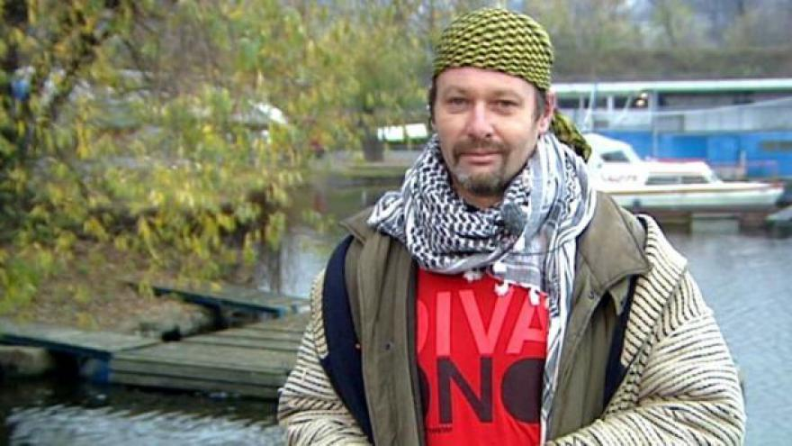 Video Bezdomovecký moderátor Petr Bláha hlásí počasí