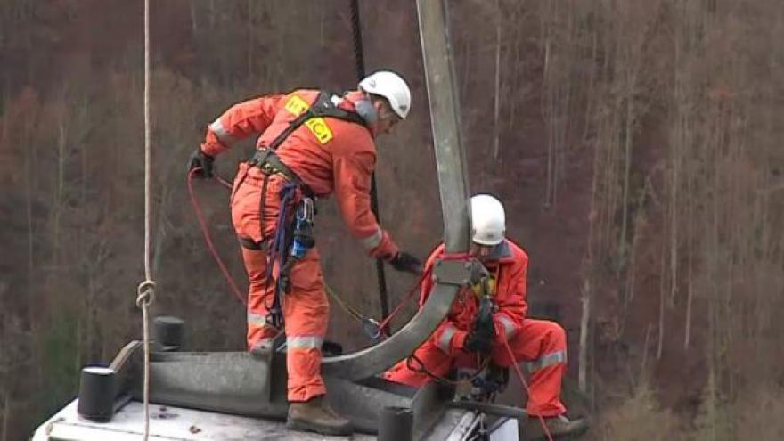 Video NO COMMENT: Cvičení záchranářů na lanovce na Macochu