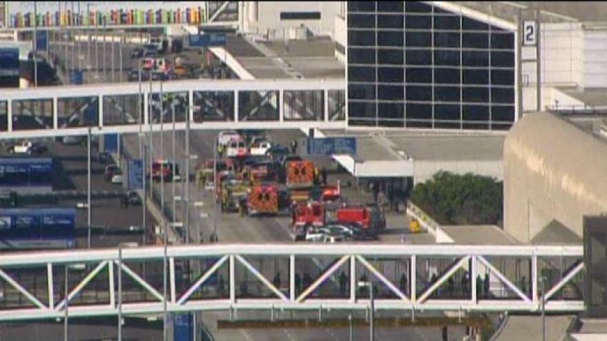 Video Policie vyšetřuje střelbu na letišti v LA