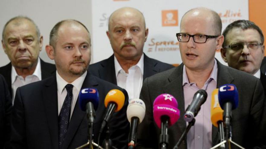 Video Členové ČSSD napadají stranické kandidátky