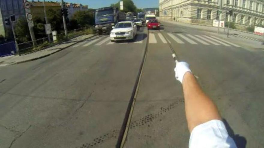 Video Jak vypadá řízení křižovatky z pohledu policisty?