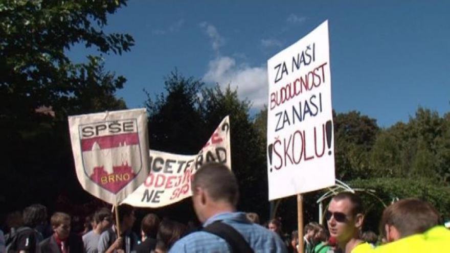Video NO COMMENT: Protest studentů proti slučování jejich škol