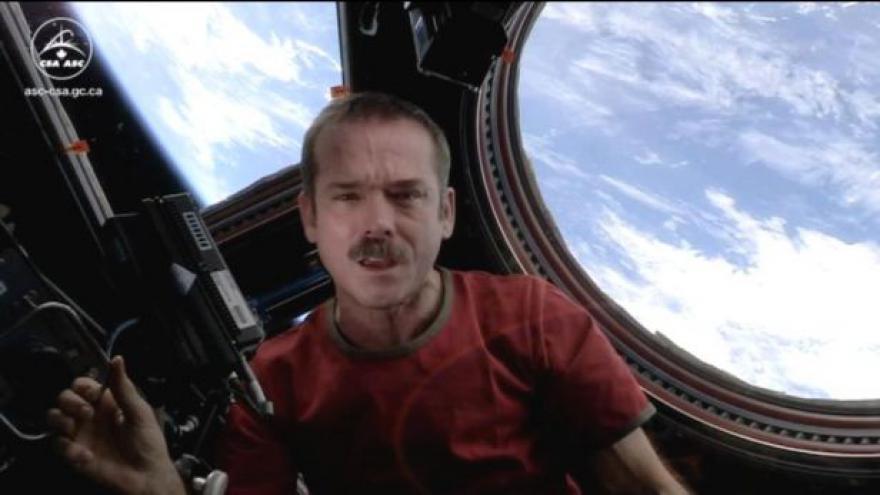 Video Chris Hadfield natočil první klip ve vesmíru