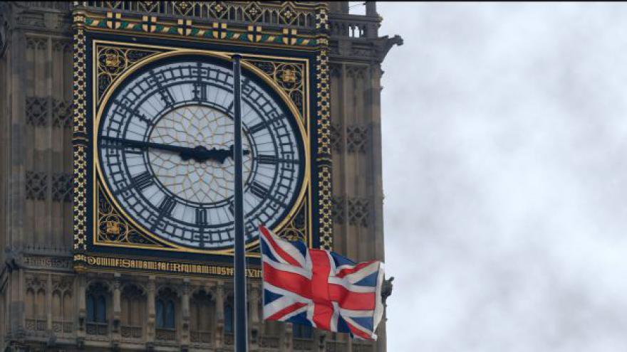 Video Vlajky v Británii jsou stažené na půl žerdi