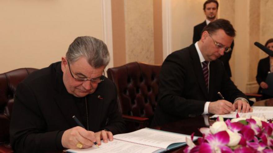 Video Vláda a 16 církví podepsaly smlouvy o finančním vyrovnání
