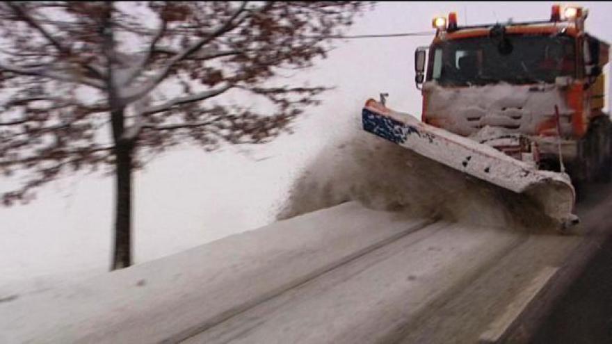 Video Sníh zablokuje harrachovský přechod do rána, na D5 se převrhl kamion