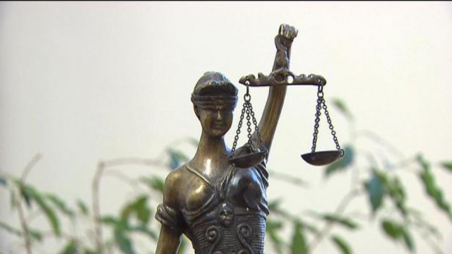 Video Platy soudců a žalobců v ohrožení (Zprávy ve 23)