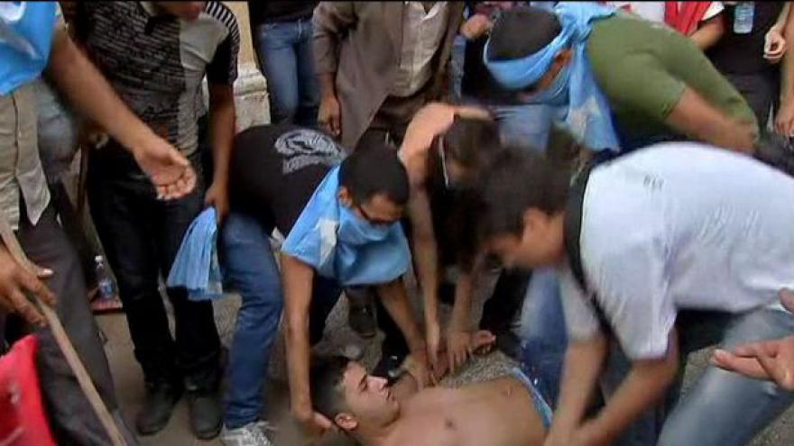 Video Demonstranti vyšli do ulic během pohřbu šéfa tajné služby