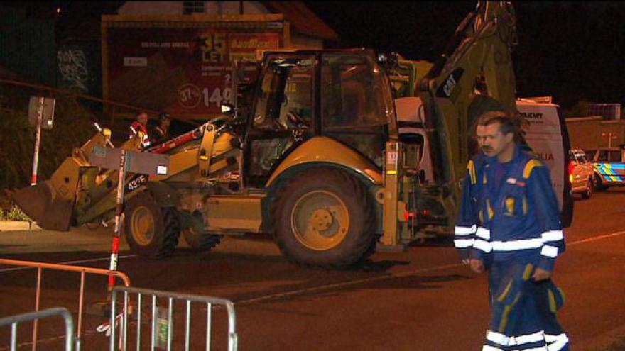 Video V Prosecké ulici se propadla silnice, až do tří metrů