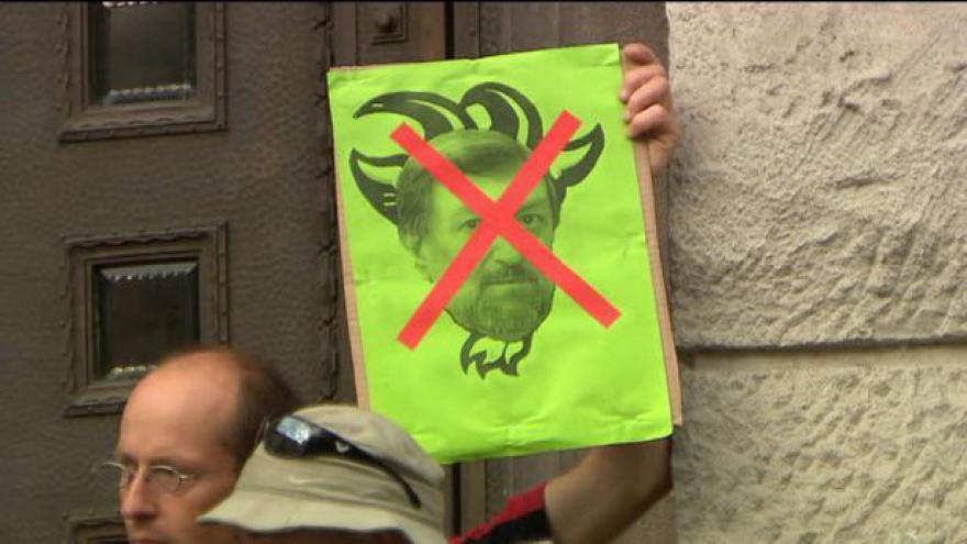 Video Před magistrátem se demonstruje proti Kněžínkovi