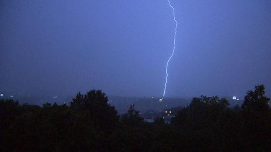 Video Na území Čech hrozí silné bouřky