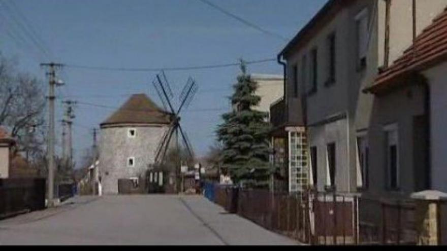 Video NO COMMENT: Větrný mĺýn v Rudicích léta chátrá