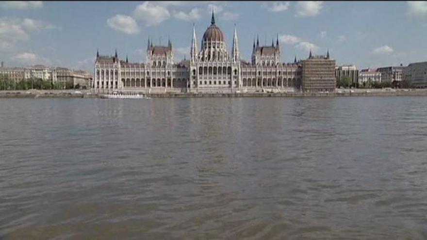 Video Studio ČT24 o požadavcích EK na změny maďarské ústavy