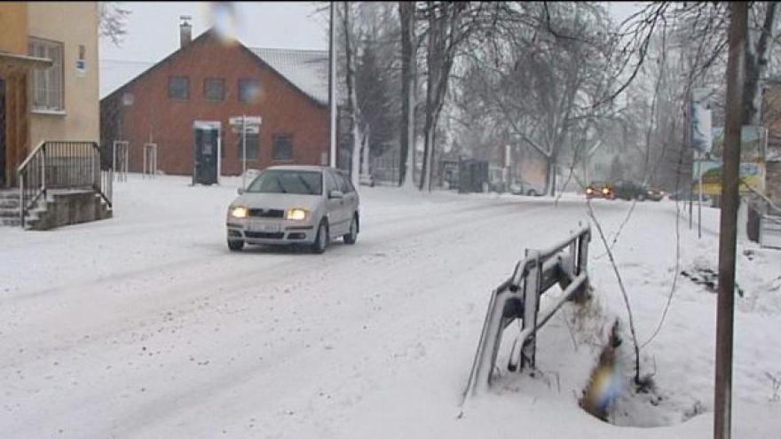 Video Sníh komplikuje dopravu hlavně na Karlovarsku