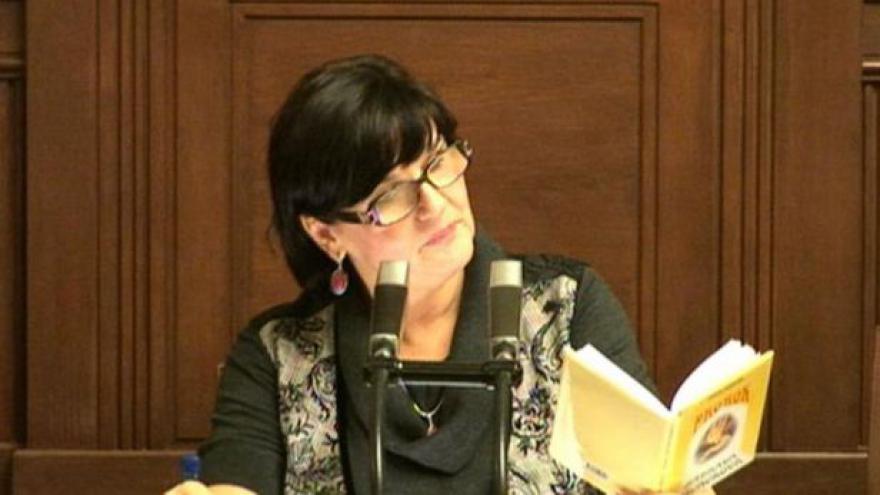 Video Poslankyně Vlasta Bohdalová recituje v prázdné sněmovně