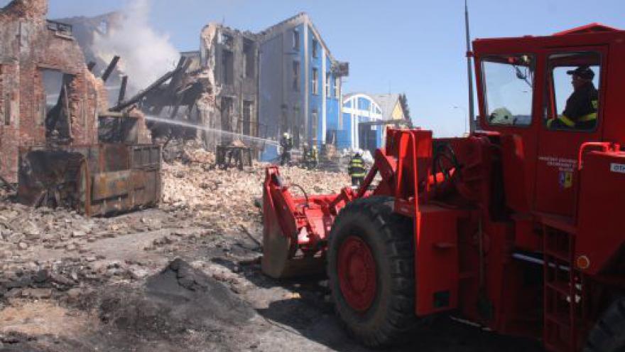 Video NO COMMENT: hasiči likvidují požár v Chropyni s pomocí těžké techniky