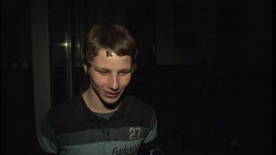 Video Policisté zadrželi několik opilých nezletilých dětí. Zadržela i mladíkovu sestru