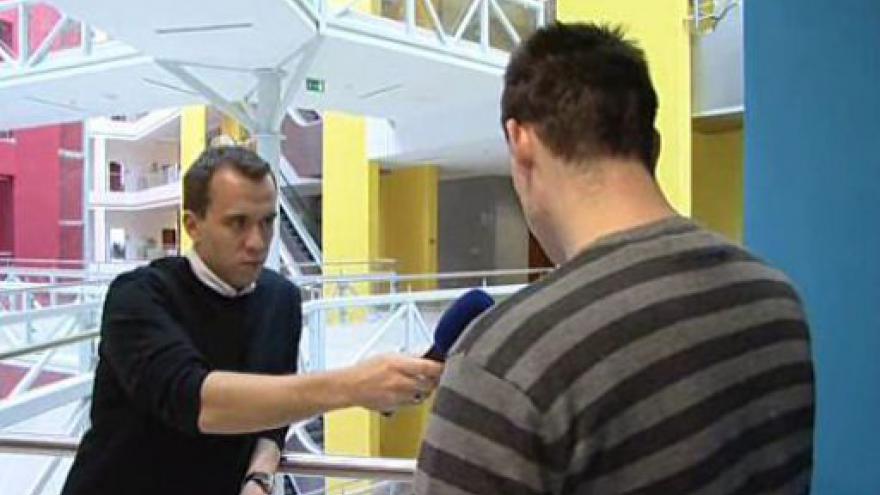 Video Muž hovoří o škodě, kterou mu podvodnice způsobila