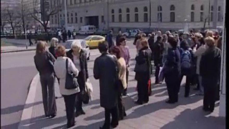"""Video Záběry z roku 2007, kdy kvůli \""""bombovému kufříku\"""" vyklidili brněnský magistrát"""