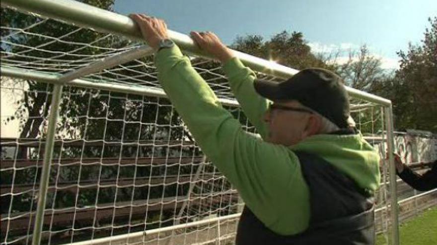 Video Správce hřiště Mojmír Fojt ukazuje, v čem je nová branka bezpečnější