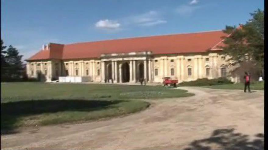 Video Chátrající jízdárny lednického zámku se konečně dočkají oprav